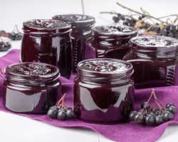 Черноплодная рябина: варианты заготовок ягоды на зиму