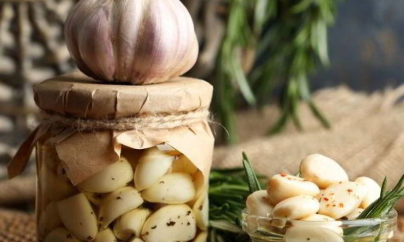 Маринованный чеснок: вкусно и полезно