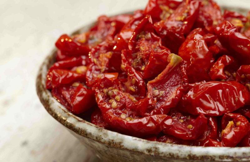 Если вы еще не пробовали вяленые помидоры, самое время познакомиться с ними — предлагаю рецепты оригинальной закуски