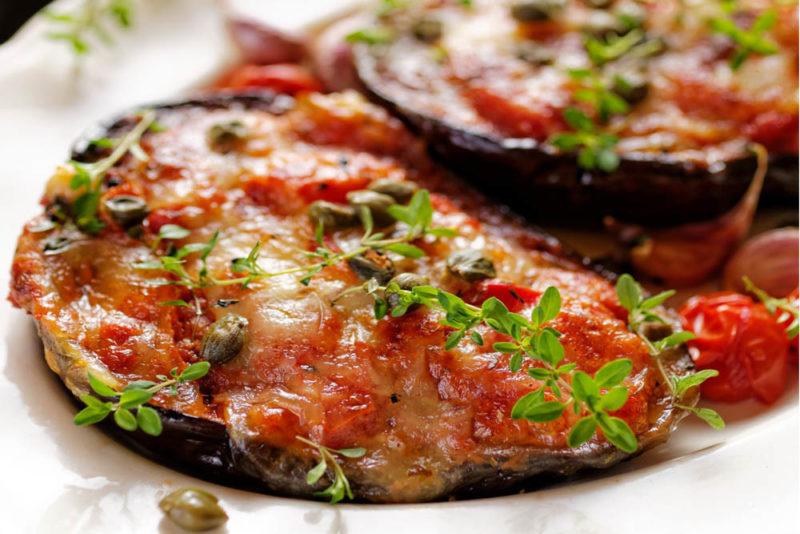 Баклажаны в томате — неожиданное сочетание, которое становится любимым. Записывайте мои проверенные рецепты