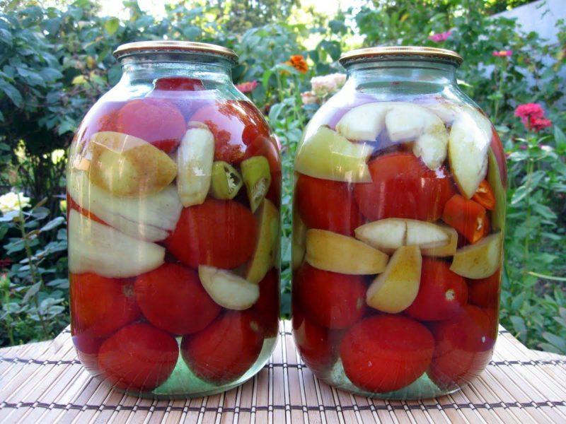 Пикантная зимняя закуска из помидоров с яблоками