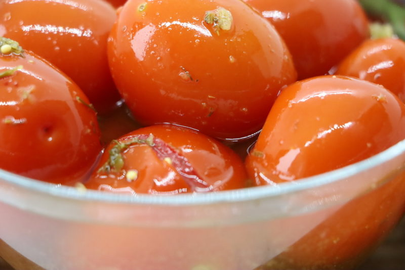 Рецепт этих помидоров гости просят всегда — «Пальчики оближешь»