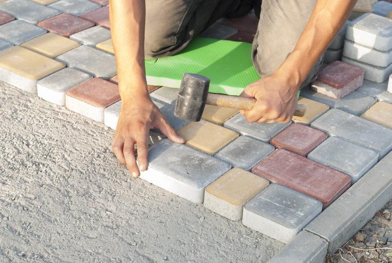 Как сохранить аккуратность плиточных дорожек на даче